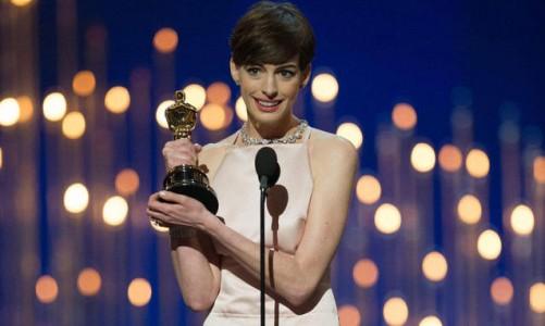 Anne-Hathaway-riceve-l-Oscar-2013_h_partb