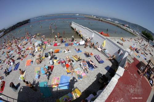 spiaggia col muro